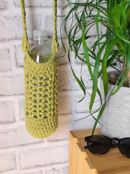 Crochet water bottle bag in green.