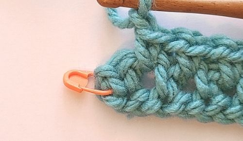 Close up image showing the last chain 1 space in the crochet Moss Stitch